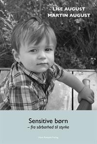 """""""Sensitive børn, fra sårbarhed til styrke"""" Anmeldelse af bogen """"Sensitive børn, fra sårbarhed til styrke"""" - En evidensbaseret bog om følsomhed Der er over de seneste år nærmest sket en eksplosion i antallet af bøger om særlig sensitivitet. Og det er på mange måder godt, at der kommer fokus på personlighedstrækket. Men det store antal bøger til trods, har der alligevel manglet bøger, der tager afsæt, ikke primært i den personlig erfaring, men også i forskning og teori Det siger jeg ikke for at negligerer den personlige beretning. På ingen måde. Den personlige beretning er utrolig vigtigt, for det er jo netop den, der ofte rører vores hjerte og på den måde inspirerer os. Men (også) når det handler om sensitivitet, er det så vigtigt, at vi tager afsæt, også, i forskning og teori, så vi sikrer os, at tests, viden, redskaber og informationer rent faktisk """"holder i virkeligheden"""". Netop derfor oplever jeg bogen"""" """"Sensitive børn, fra sårbarhed til styrke"""" som meget vigtig. Bogen er netop en kobling af erfaring, forskning og teori. I mine øjne noget, der har været savnet. Hvem er bogen skrevet til? De emner der tages op i bogen er, i høj grad, relevante for både fagpersoner og forældre. Men jeg vil alligevel umiddelbart anbefale bogen primært til fagpersoner fx pædagoger, lærere og socialrådgivere. Ikke fordi bogen ikke kan læses eller bruges af forældre. Den kan den i høj grad. Men da den netop tager udgangspunkt i teori og forskning, så oplever jeg den som forholdsvis komprimeret. Og det er ikke nødvendigvis det, alle forældre er på udkig efter. (Lise og Martin har også skrevet bogen """" Sensitive børn og voksne. Forstå potentialet og lad det blomstre"""", som i høj grad er målrettet forældre. Du finder den på boglisten her). Samtidig er jeg også helt klar over, at der er en del forældre, der netop er meget interesserede i, at blive klogere på forskning og teori bag begrebet """"særlig sensitiv"""". Og hvis du er en af dem, - ja, så er bogen her et godt bud. Ideel til fagpersoner Bo"""